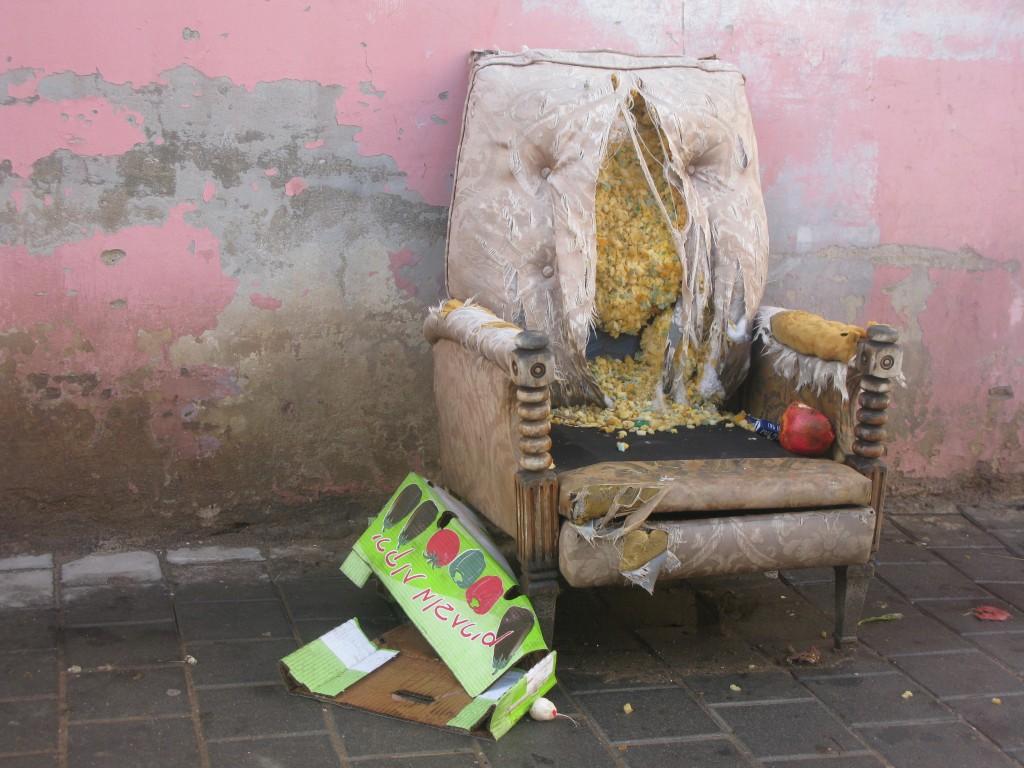 על כורסא אחת שהופקרה לגשם